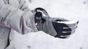 best snowboard gloves guide featured image