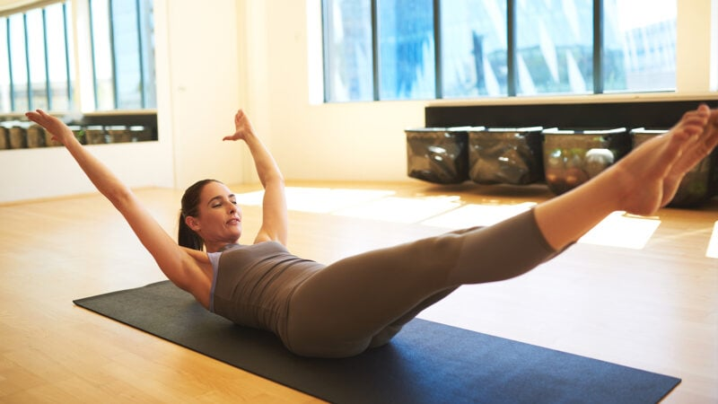 woman performing leg raises to strengthen her core