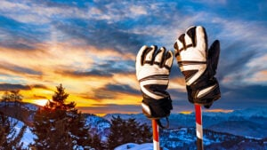 ski gloves vs mittens featured image